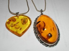 640px-Amber.pendants.800pix.050203
