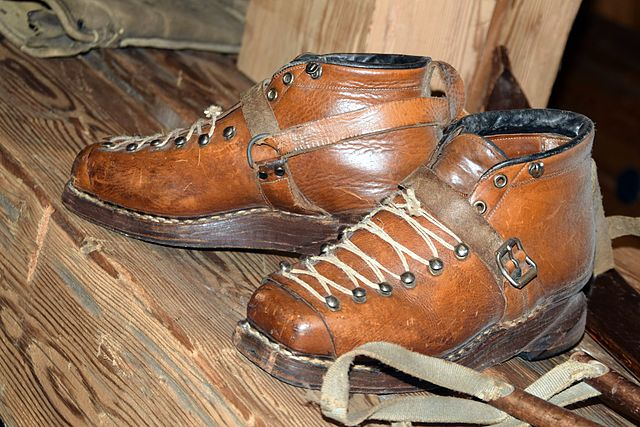 640px-HistoricSkiing_Shoes_2014-01