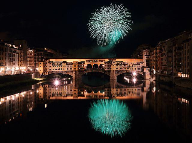 640px-Fireworks_over_Ponte_Vecchio_2