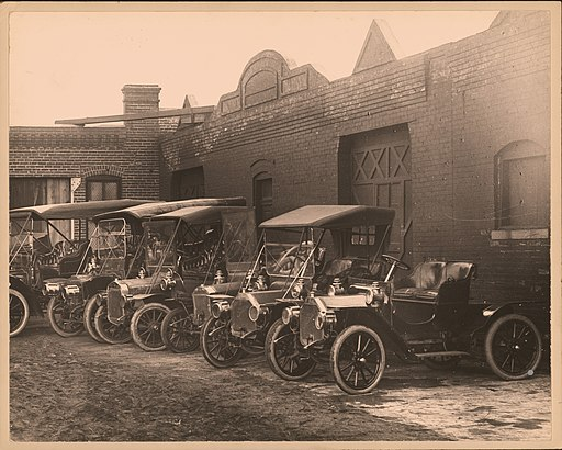 Row_of_automobiles_in_unidentified_lot